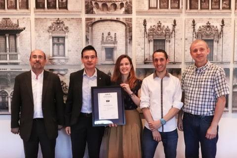 L'equip del projecte amb la certificació i el diputat Joan Carles Garcia Cañizares